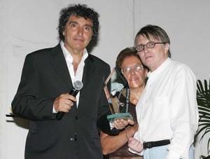 Rossano Vittori consegna Il fiore d'argento al poeta Roberto Carifi